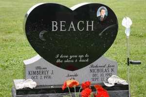 Beach-single-heart-monument-with-etching-and-ceramic
